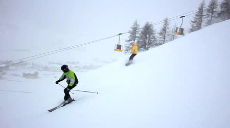 snowboard : Skiing and snowboarding, in Livigno, Italy. Stok Video
