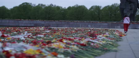 druhé světové války : Victory Day, a non-working holiday, that commemorates the capitulation of Nazi Germany to the Soviet Union during the Second World War. Flowers placed at a monument, in Latvia.