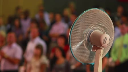 parafusos : Fan blows air on people and turns