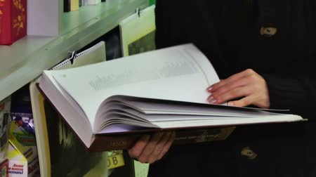 leitor : Man turns the pages of the book in the hands of
