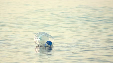 натюрморт : Use plastic bottle floating in the water