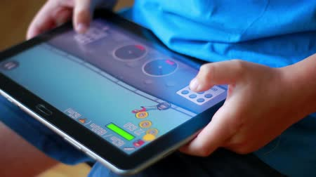 hodinky : Close up side view of young boy playing game on iPad tablet Dostupné videozáznamy
