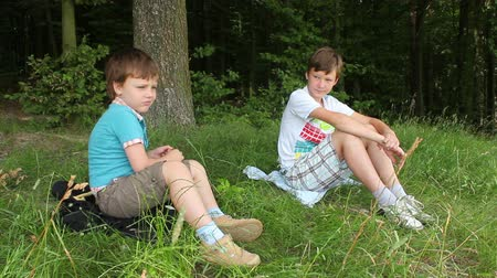 ormanda yaşayan : Boys in forest