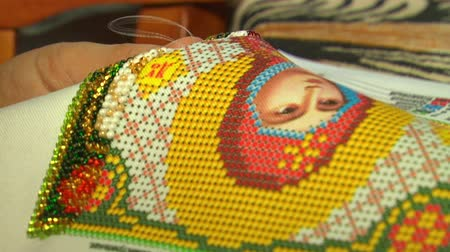 szycie : Close-up of female hand embroider pattern colored thread