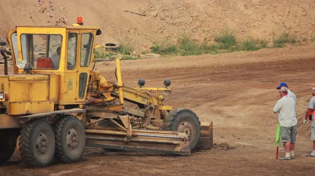 yükleyici : Excavator was equal to the dirt road Stok Video