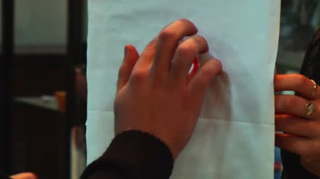 палитра : Man draws a finger drawing on paper