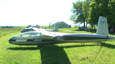 letectví : Glider is on the grass airfield in the summer