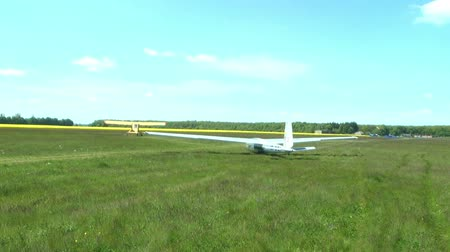 szybowiec : Glider accelerates down the runway for take-off Wideo