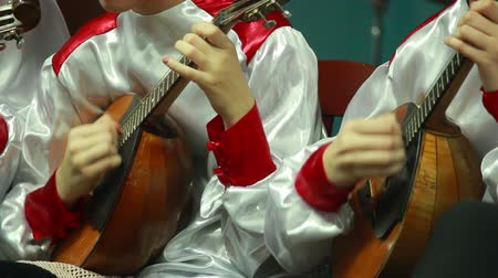 orkiestra : human hand playing on the strings dombra Wideo