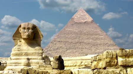 ruiny : Timelapse clouds quickly fly over the Pyramids 4K Wideo