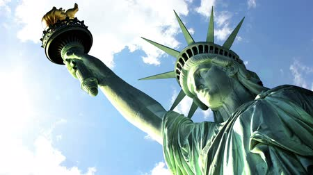 immigratie : Wolken vliegen snel over de Statue liberty Stockvideo