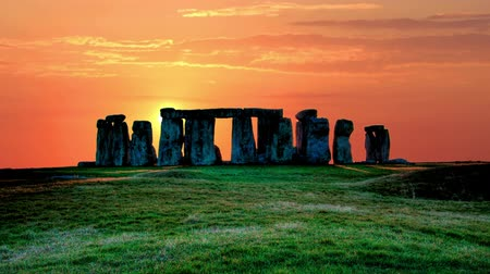 arqueológico : Sunset over the stones of Stonehenge, the sun is moving rapidly across the sky, summer evening Timelapse Sunset 4K Stock Footage