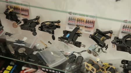 steril : Tools for tattoo stand on a shelf in the office Stok Video