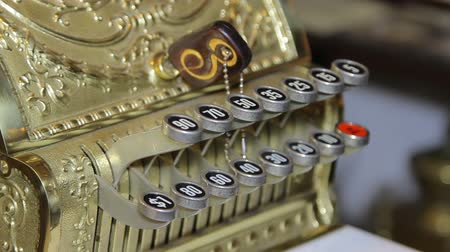 регистр : Vintage old cash register is on the table