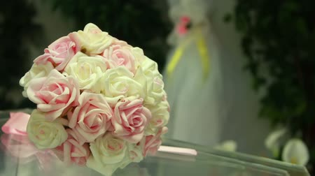sadece : Wedding bouquet on the table