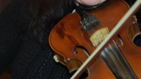 enstrüman : Woman playing music on the violin in the room Stok Video