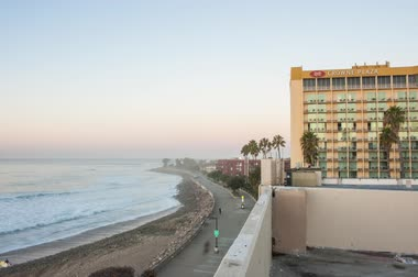 Time lapse Editorial of Crowne Plaza Hotel in Ventura, California on November 5, 2016. Стоковые видеозаписи