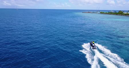 esqui : Aerial flying drone view of Maldives white sandy beach jetski riding sunny tropical paradise island with aqua blue sky sea water ocean 4k