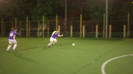 jogador de futebol : Youth playing football. Football attack player tackles. Stock Footage