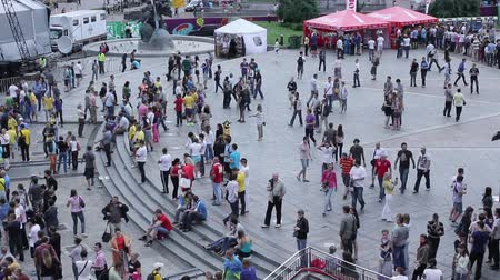 kibice : City square, people walking timelapse (time-lapse)
