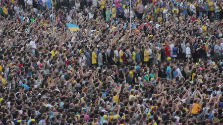 вентилятор : Crowd of soccer fans raising hands