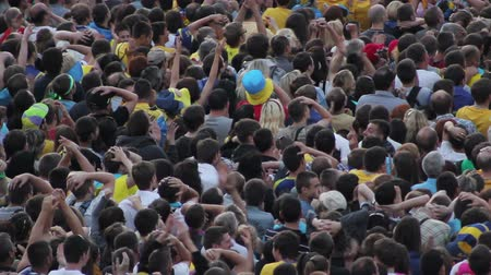 tłum : Unrecognizable crowd of soccer fans watching football. They shout, attack fails Wideo