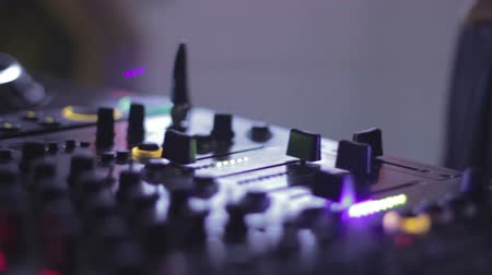 boate : Hands of female Dj tweak and move turntable and mixer in the nightclub