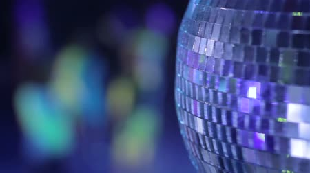 gece kulübü : Disco ball in strobe lights at night club party, people dancing Stok Video