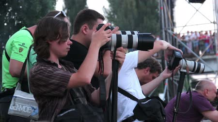 фотографий : Press correspondents taking photos of event looking at their cameras