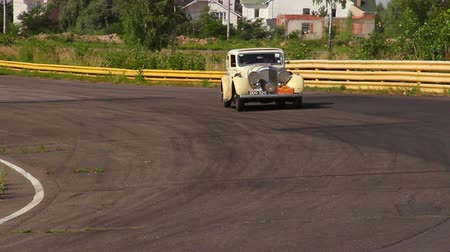 lerdo : Big sluggish Bentley 4 1 2 MX Saloon slowly moving on the driveway Vídeos