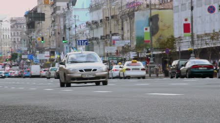 hossz : Time-lapse city street at daytime, cars drive fast, low angle