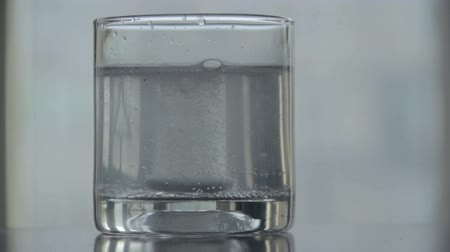 oldódó : Process of dissolving tablet effervescent pill water glass sound