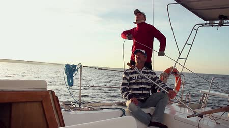 vztahy : Father and son on a fast-sailing yacht, family vacation, trip Dostupné videozáznamy