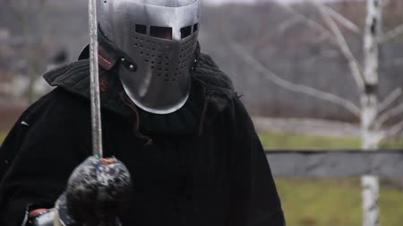 reencenação : Sparring partners in medieval knights suits training to improve martial skills