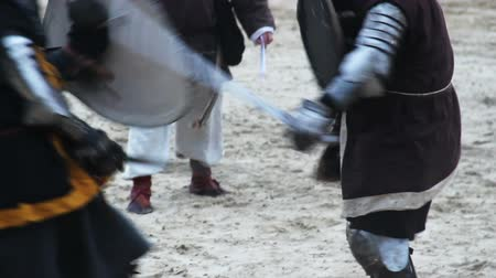 reencenação : Medieval sparring partners train to fight with swords, attack strategy workout