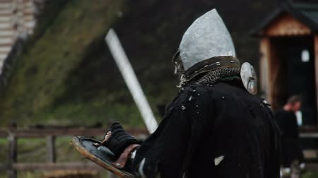 reencenação : Actor wearing medieval warriors suit preparing for historical fight reenactment Stock Footage