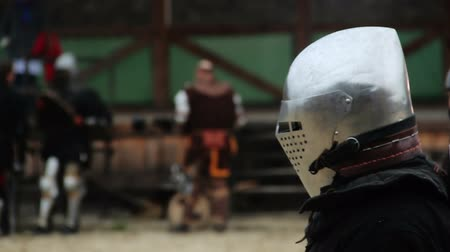 reencenação : Medieval soldier accepting challenge, starting attack on rival in tournament Stock Footage
