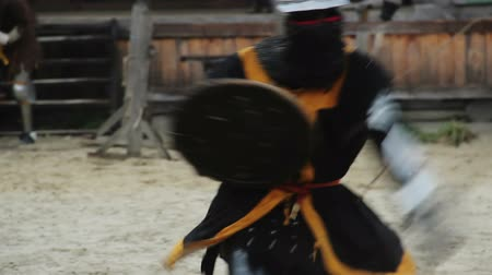reencenação : Knights blistering attack on tournament rival, men fighting with sharp swords Stock Footage