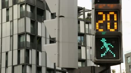 desistir : Traffic light timer counting down seconds for pedestrians to cross the street