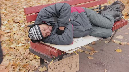 dobrosrdečný : Anonymous benefactor giving generous charity donation to sleeping homeless man Dostupné videozáznamy