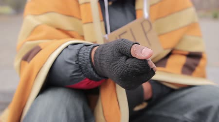 dobrosrdečný : Begging hand of homeless poor person asking for help, people donating money