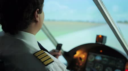 letadlo : Confident plane captain successfully steering aircraft, takeoff from runway Dostupné videozáznamy