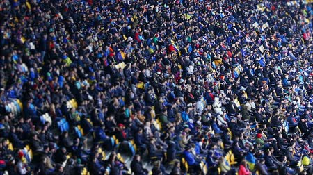 jogador de futebol : Thousands of people watching football match at stadium, big sporting event