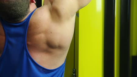 feszült : Man building massive muscles, working hard in gym, doing pulldown exercise