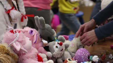 благотворительность : People selling soft toys at charity garage sale, raising funds to help children Стоковые видеозаписи