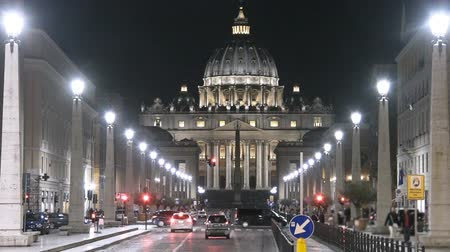 vatikan : Street traffic in front of Papal Basilica church of Saint Peter, Vatican city