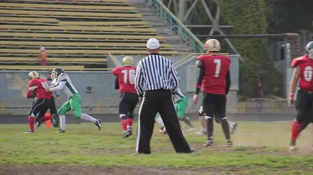 penas : Football player violates game rules, referee making unsportsmanlike conduct sign Stock Footage