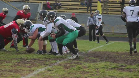 снасти : Gridiron players fighting for ball on scrimmage line, offense attack on defense
