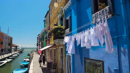 İtalyan : Female tourists go shopping in colorful street of Burano island in Venice Lagoon Stok Video