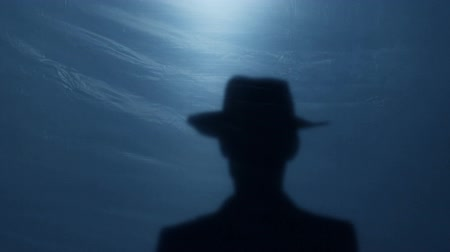 pojedynek : Silhouette of brave wild West sheriff tipping his hat to gangster before duel
